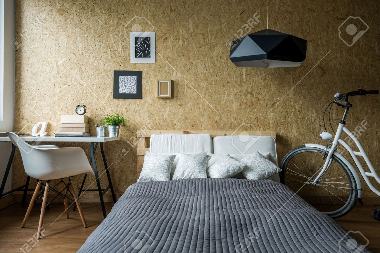 Holzwand Schlafzimmer Stock Photo