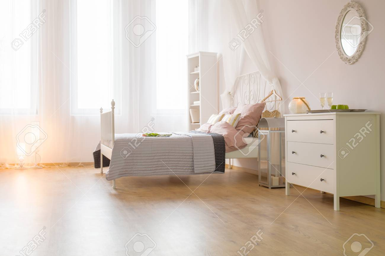 Schlafzimmer Bett Kommode Stock Photo