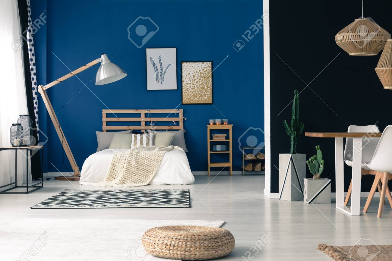 Blau Im Schlafzimmer Stock Photo