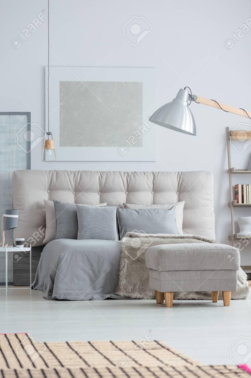 Intérieur De Chambre à Coucher Moderne Avec Confortable Lit King Size Et  Tapis De Bambou Sur Le Sol