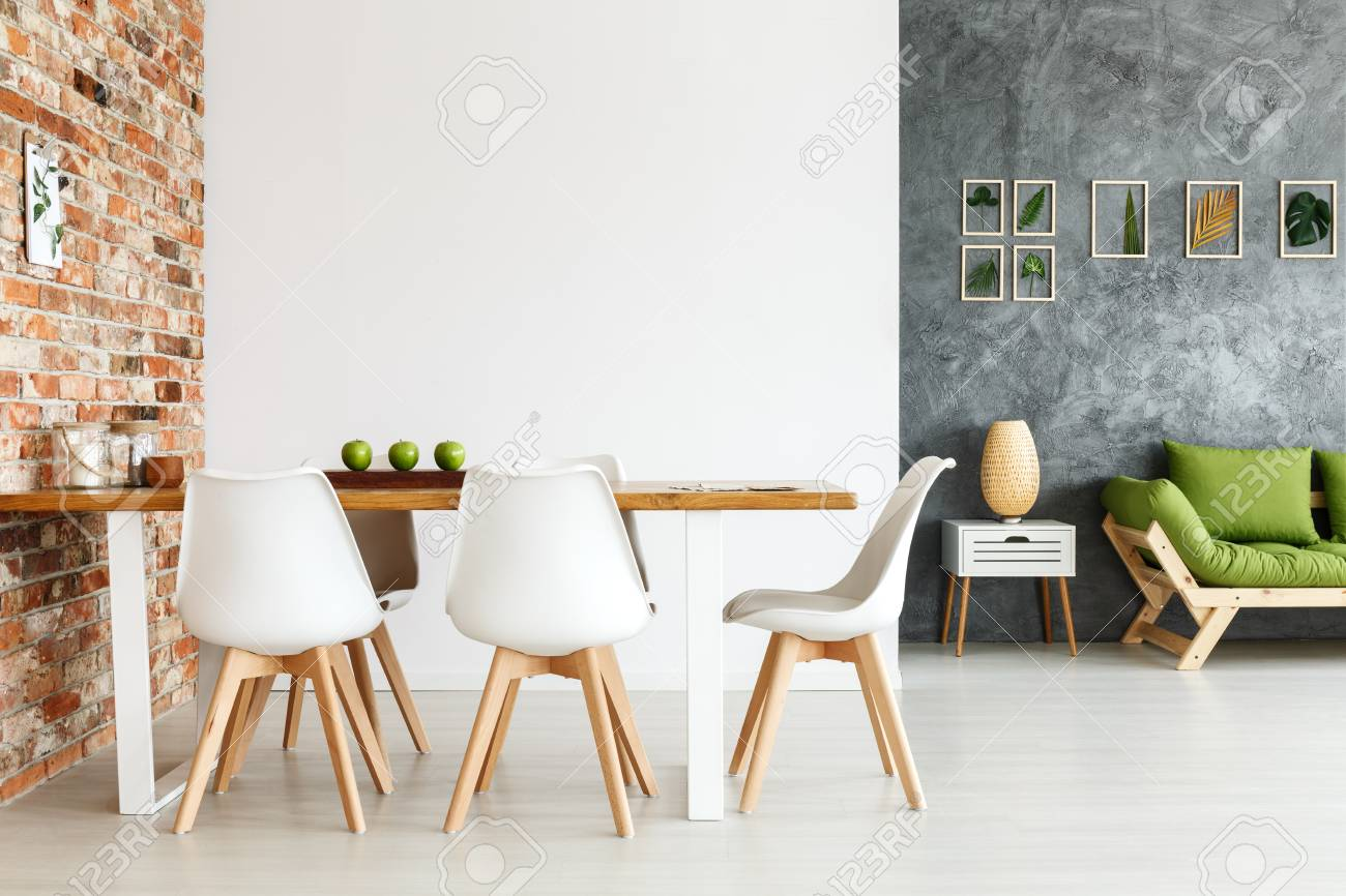 Mesa Pared Diseño Interior Contemporáneo De Comedor Con Mesa Independiente Contra La Pared De Ladrillo Y Sala De Estar Decorada Con Sofá Inteligente Y