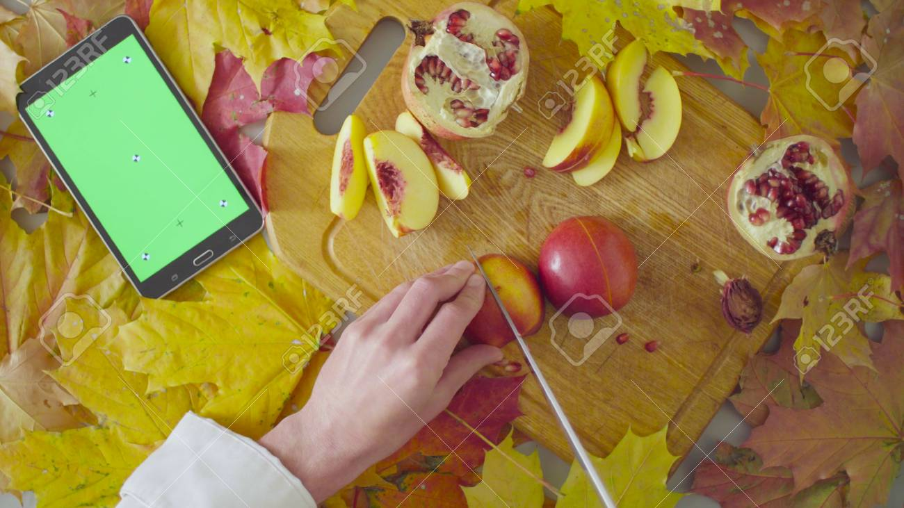Tablet Küchenbrett Top View Autumn Still Life Chef Cutting A Peach On The Chopping