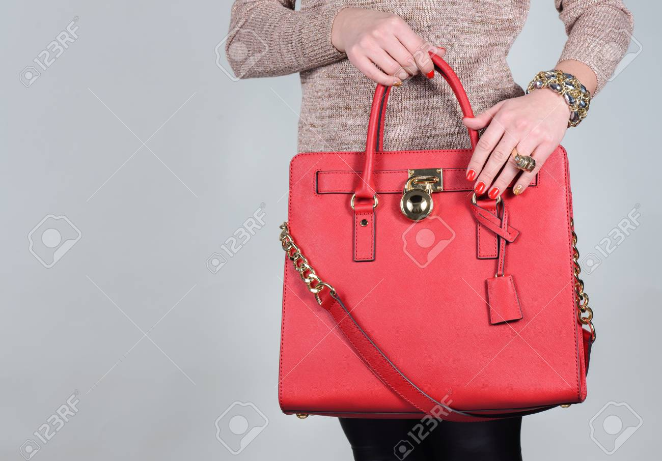 28ea0d6b3bb9 Sac Rouge élégant Glamour Femme En Cuir Sur Fond Pur Modèle à La Mode Et De  Haute Sac Femme Cher Sac Ventes Concept De Mode
