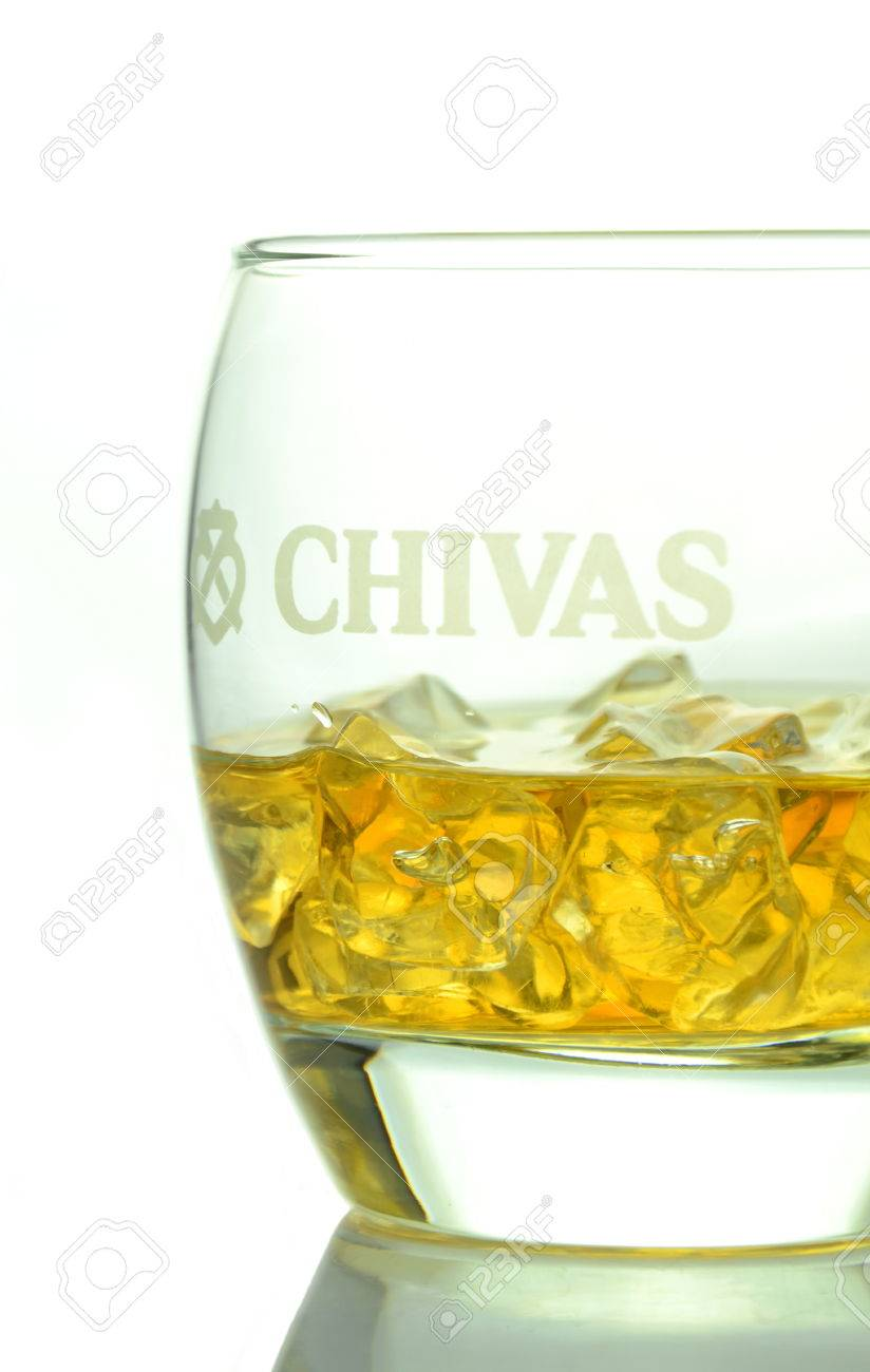 Glas Regalboden Glass Of Chivas Regal Whisky Isolated On White