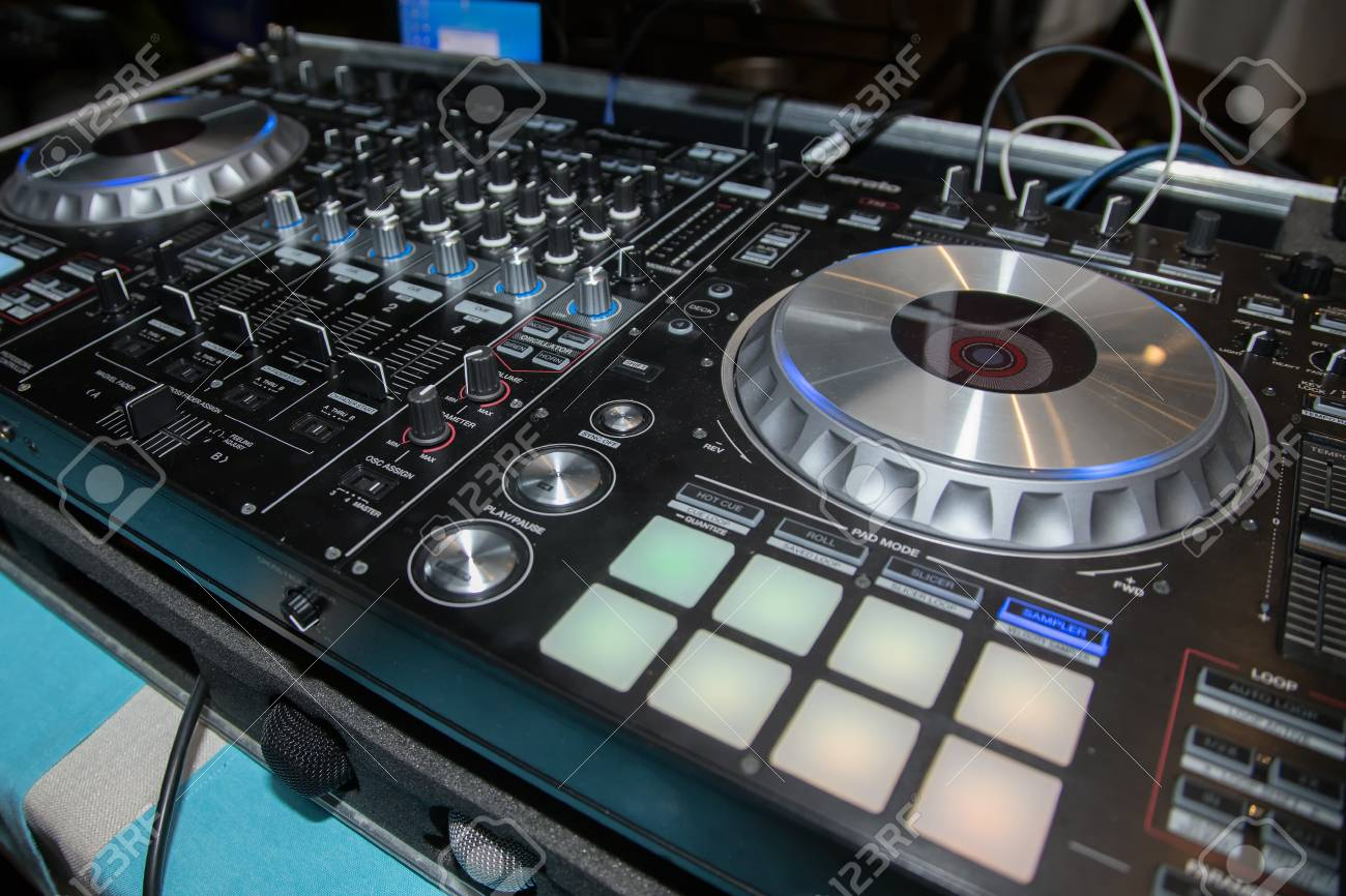 Table De Mixage Video Dj Console Cd Player And Mixer In Nightclub