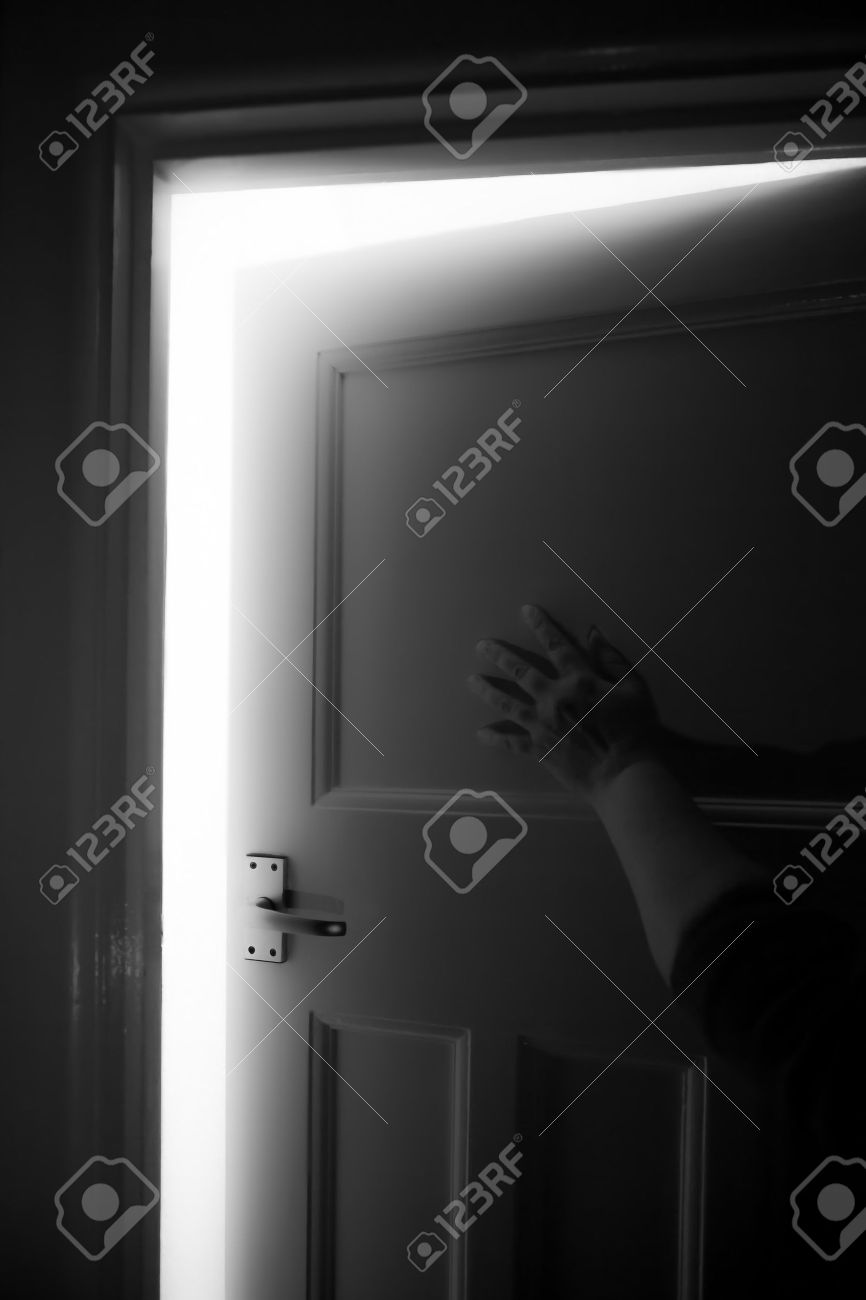 Push To Open Deur A Female Hand Ready To Push Open A Door With Light Behind With