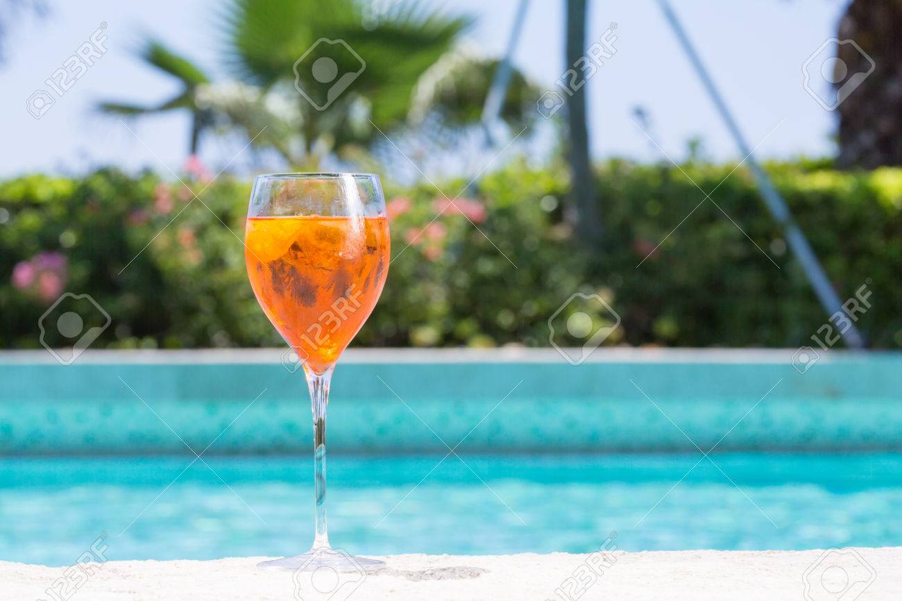 Glas Pool Glass Of Aperol Spritz Cocktail On The Pool Nosing At The Tropical