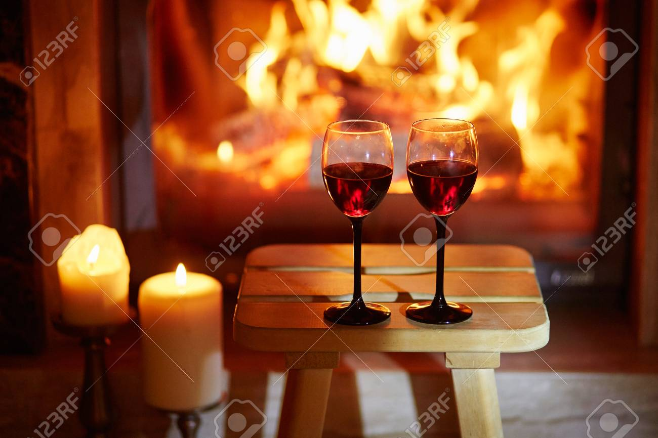 Rotwein Am Kamin Stock Photo