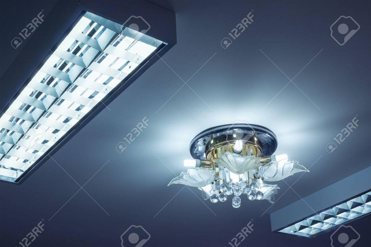 Plafoniere Neon Bricoman : Neon illuminazione lampadario con mobili e