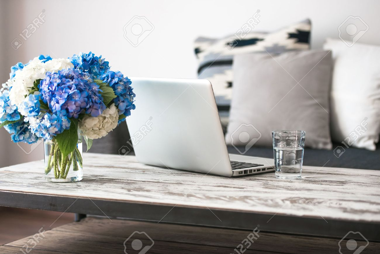 Laptop Couchtisch Stock Photo
