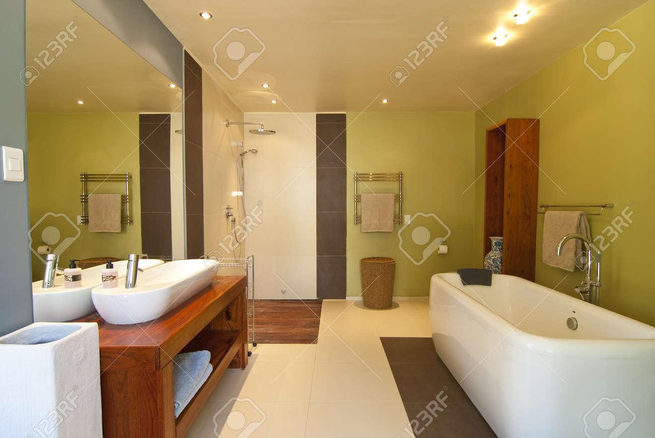 Sporco in terra e sabbia sull antigienico piatto doccia in legno