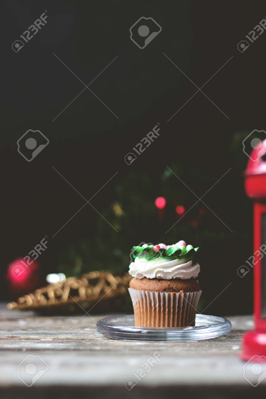 Décoration De Cupcake Vanilla Cupcake With Christmas Decoration On Dark Background Selective Focus
