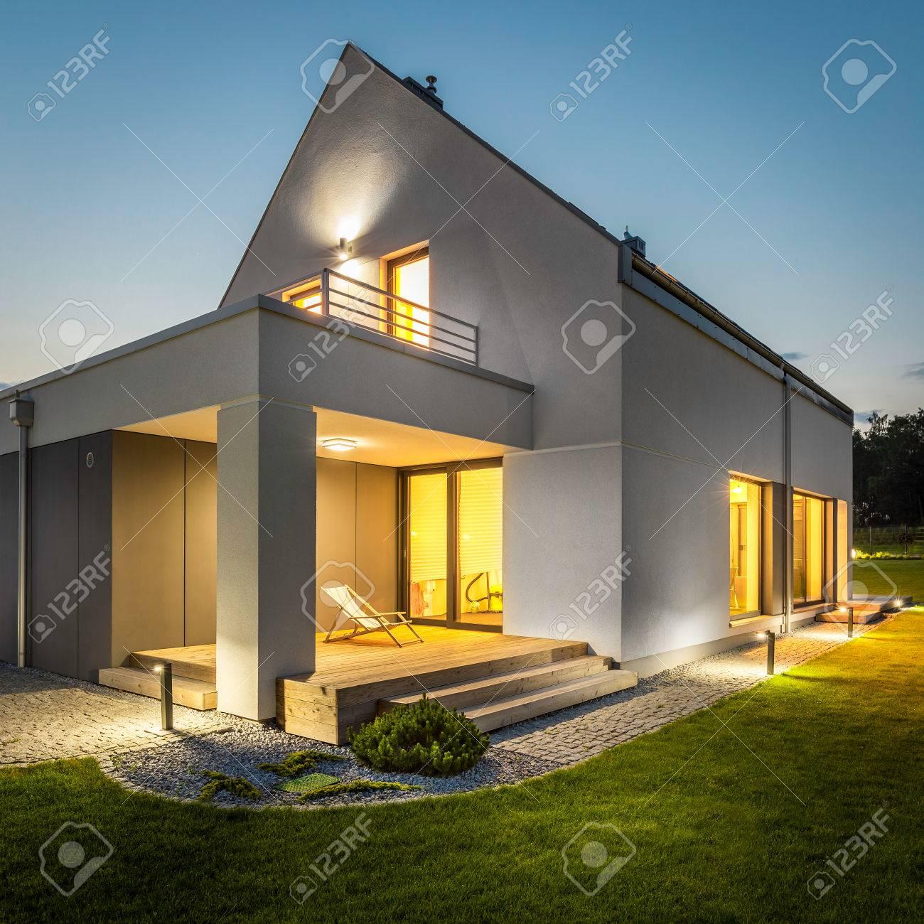 eclairage exterieur facade maison Nuit Vue Extérieure D Une Maison Contemporaine Avec éclairage Extérieur