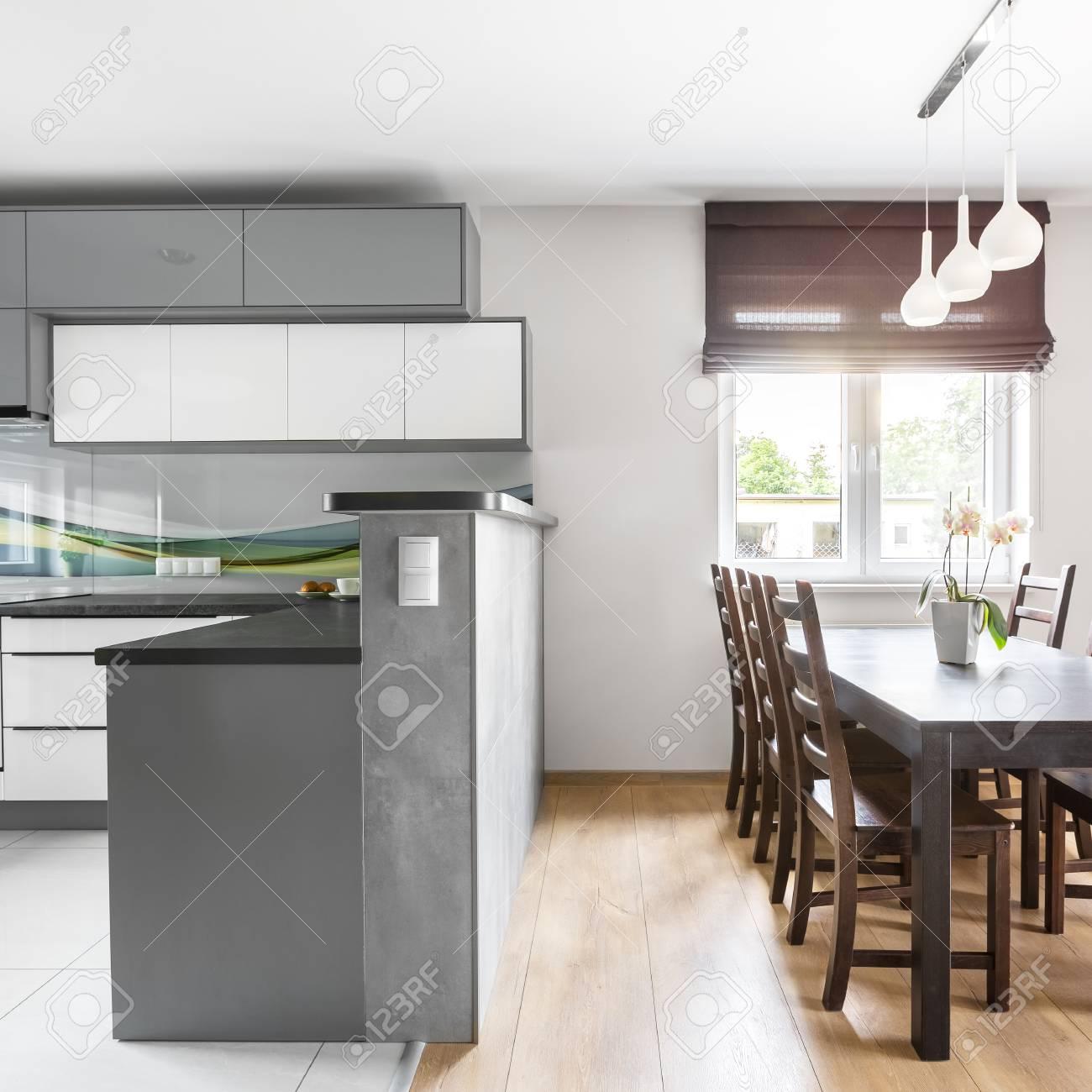 villa interieur mit hellen geraumigen kuche offen zum essbereich mit fenster