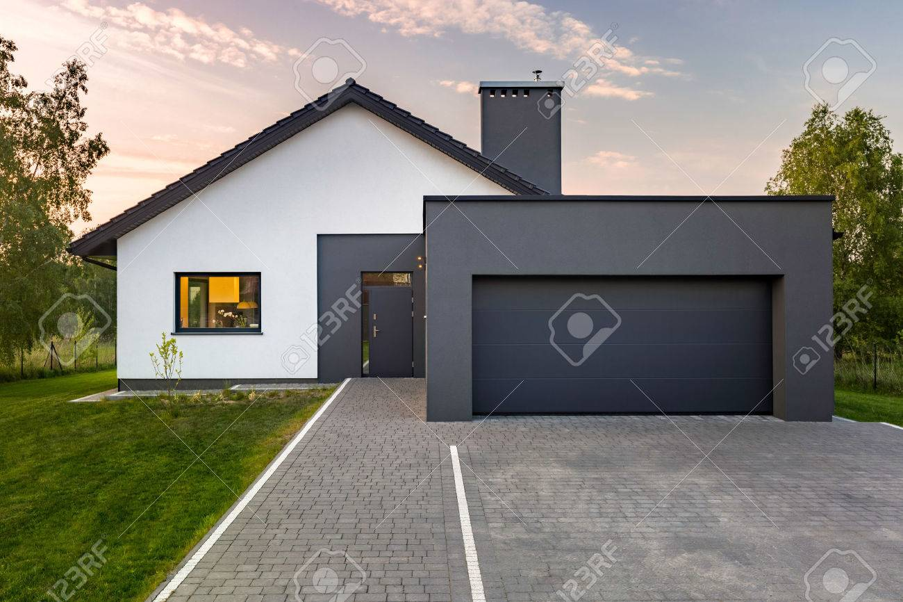 Garage Moderne Modern House With Garage And Green Lawn Exterior View
