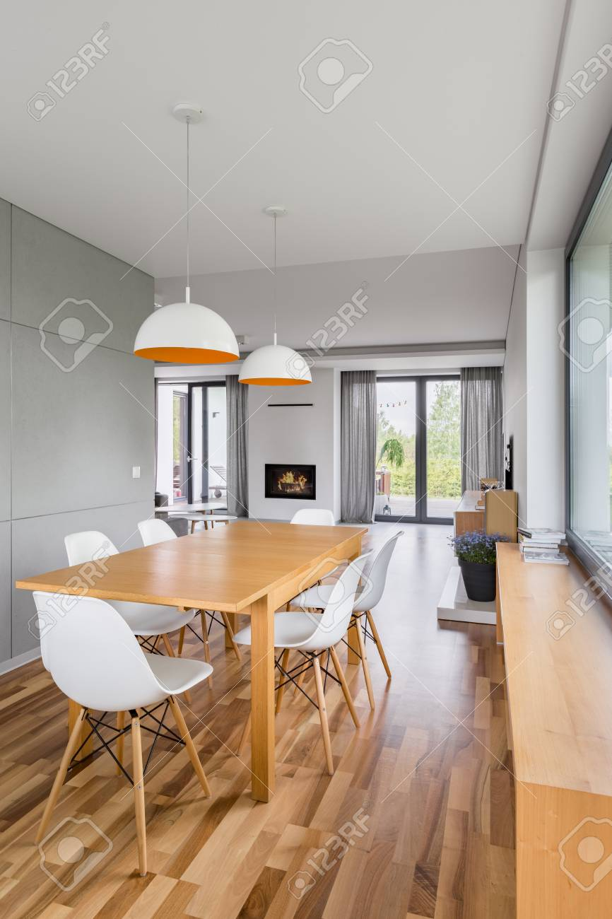 Essstühle Modern Dining Room With Wooden Table White Chairs And Modern Lamps