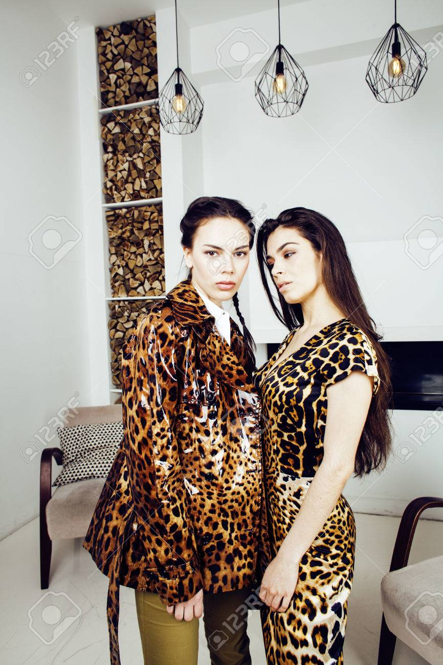Luipaard Print Interieur Pretty Stylish Woman In Fashion Dress With Leopard Print Together