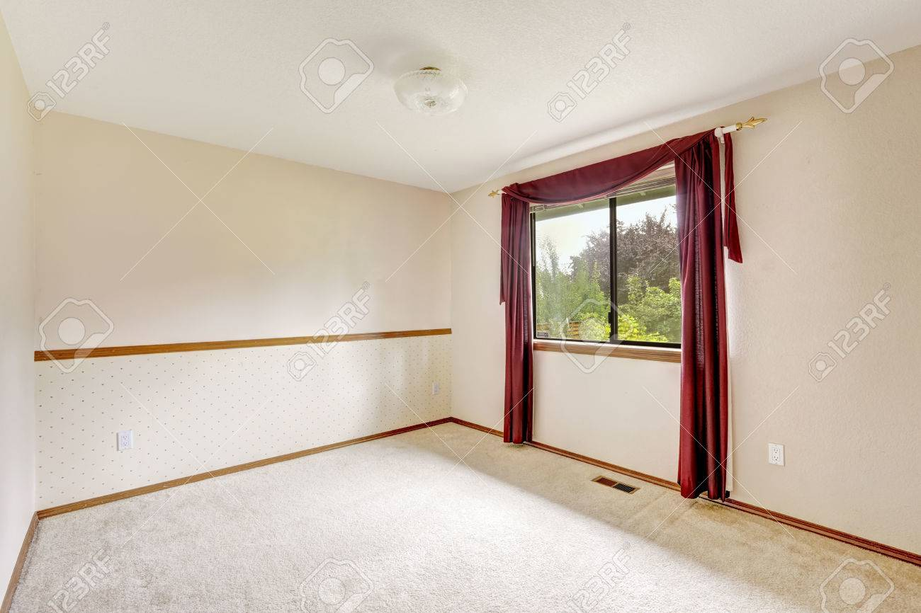 Gordijn Bordeauxrood Brigh White Empty Room With Burgundy Curtains And Soft Carpet
