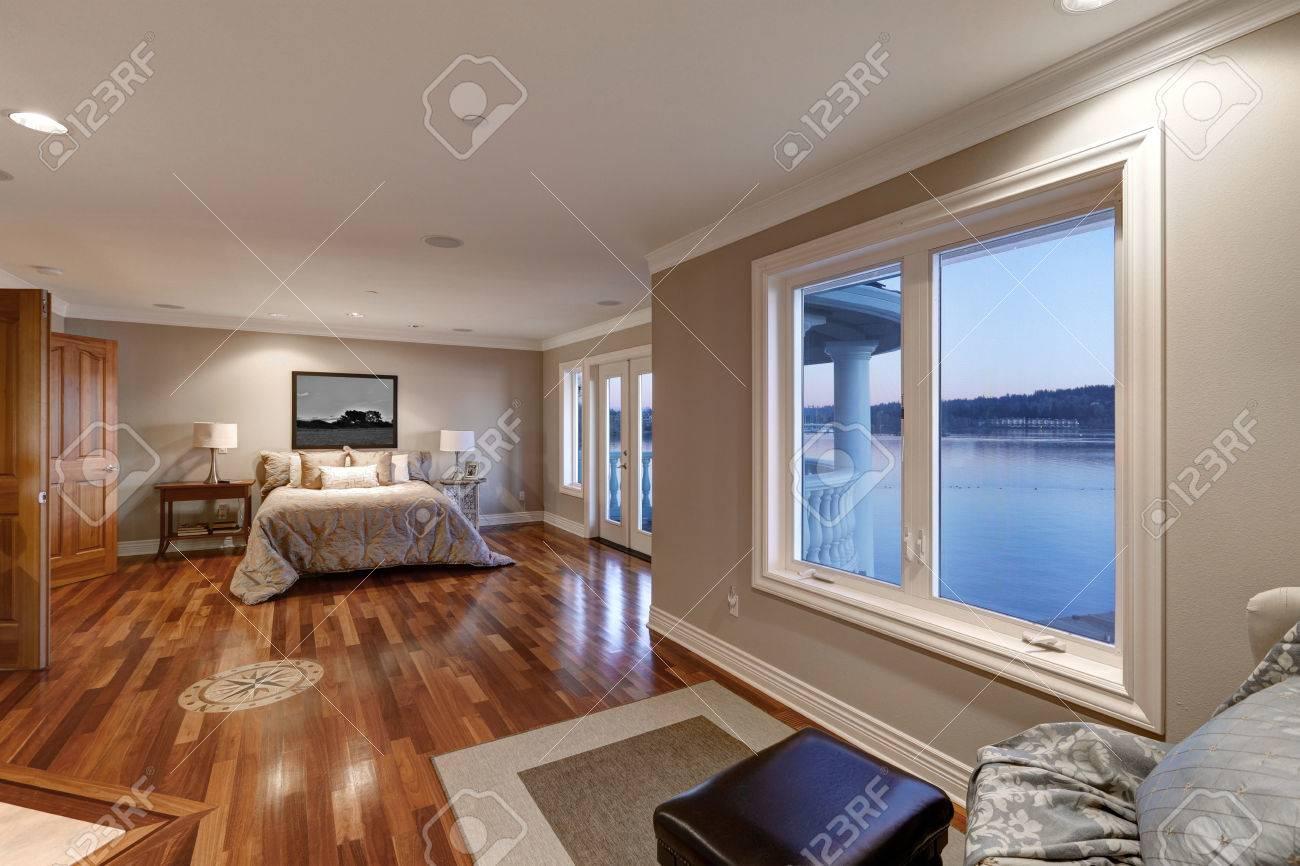Ein Gemütliches Schlafzimmer In Neutralen Farben Dekoriert Mit
