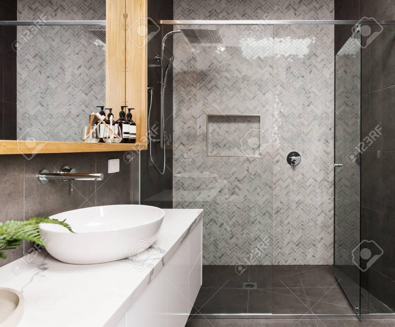 Badkamer muur maken stucwerk over tegels