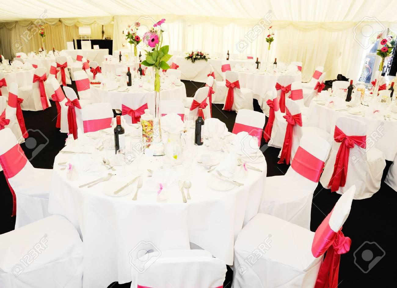 Decoration Chapiteau De Reception Wedding Reception Inside Marquee With Flowers And Pink Ribbon