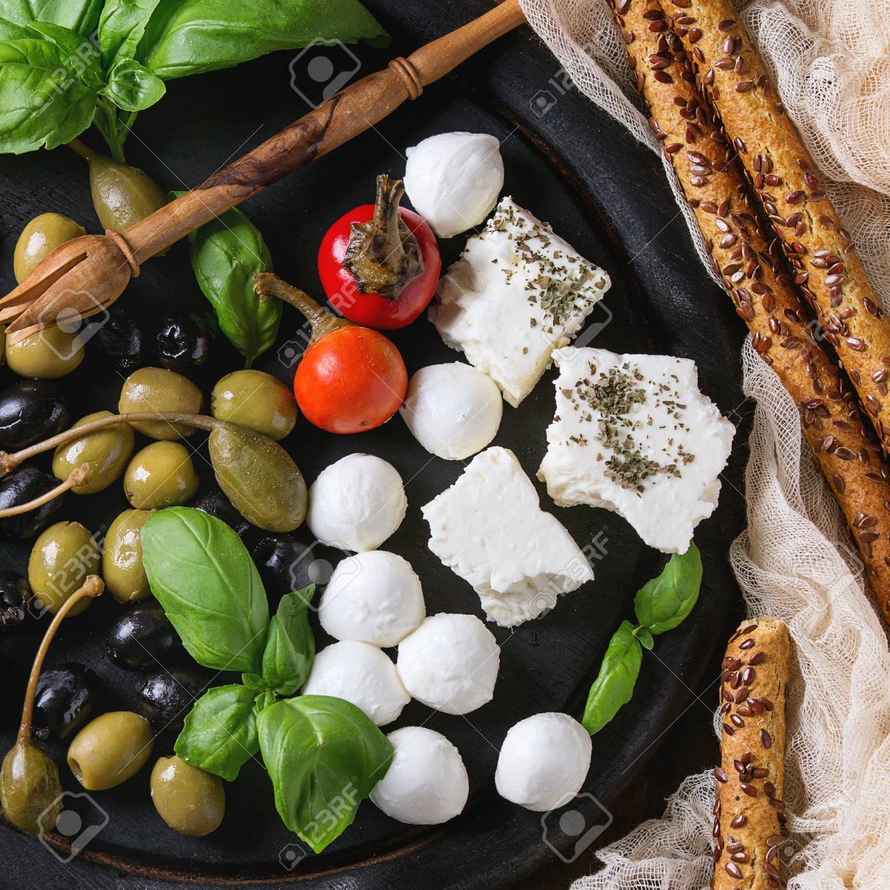 Mediterrane Küche An Bord Mediterranean Appetizer Antipasti Board With Green Black Olives