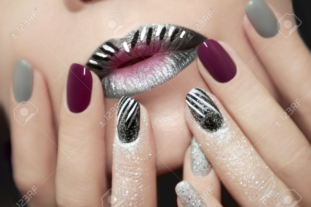 Nageldesign Mit Streifen Stock Photo