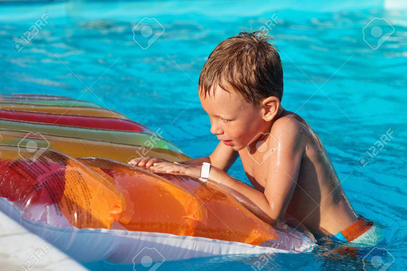 Luftmatratze Wasser Kinder Stock Photo