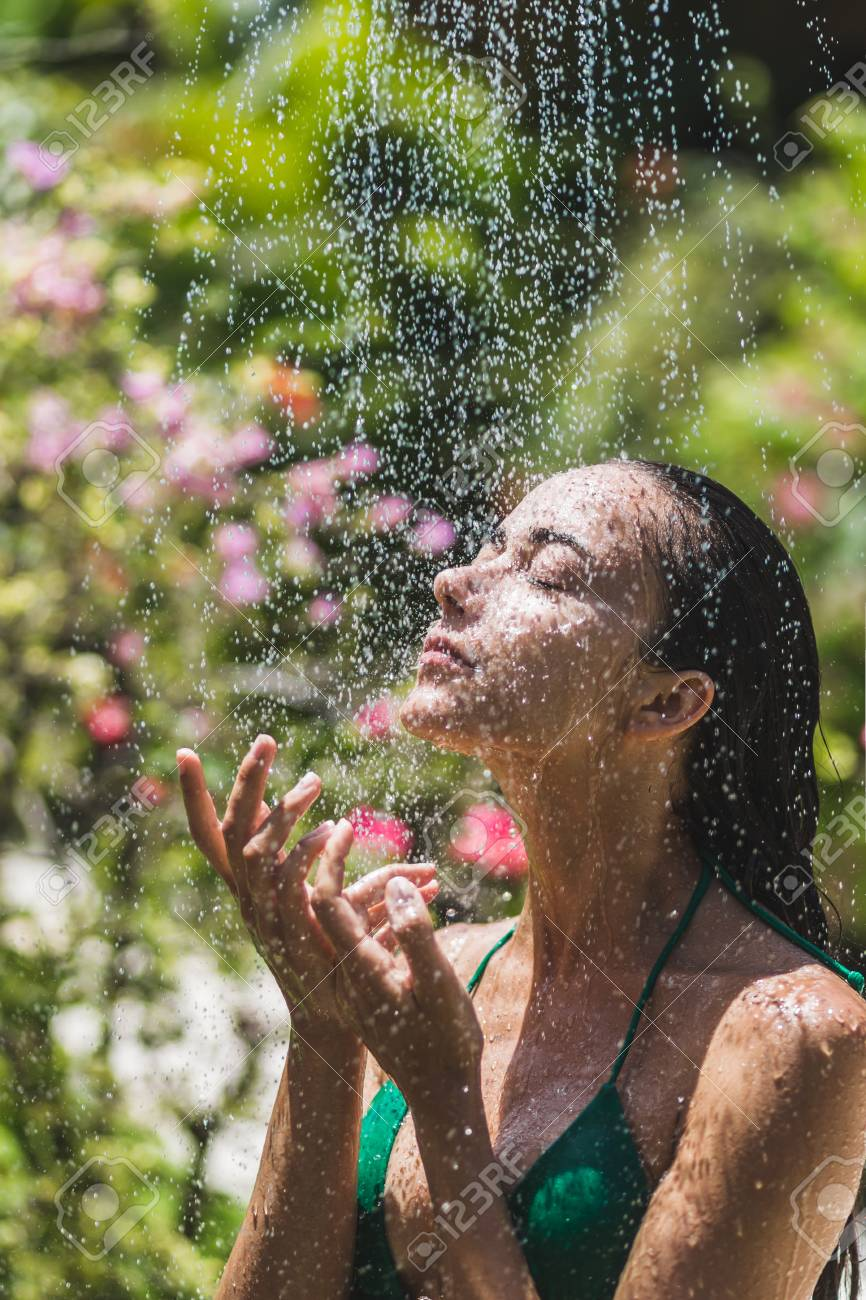 Doccia Jacuzzi Bali Woman Taking Shower Outside In Tropical Green Bali Garden With