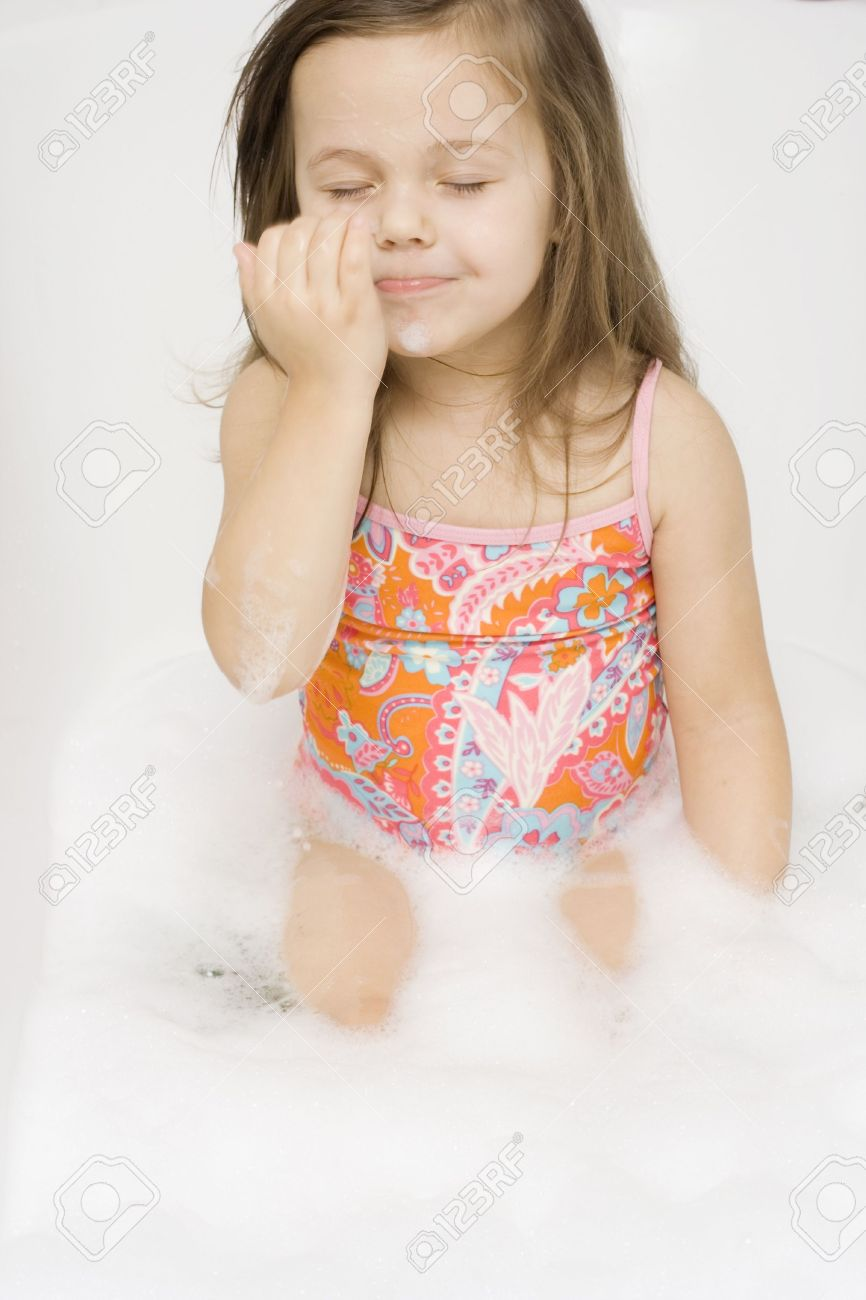 Kinder In Der Wanne Little Girl Wearing Swimsuit Playing I The Bathtub