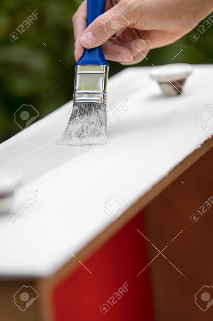 Möbel Im Shabby Look Woman Is Painting A Old Drawer In White Shabby Chic Look
