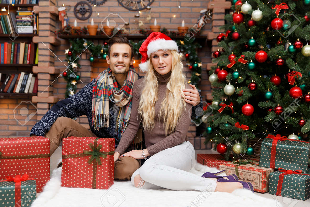 Weihnachtsfotos Gratis Christmas Photo Of Happy Couple With Christmas Gifts