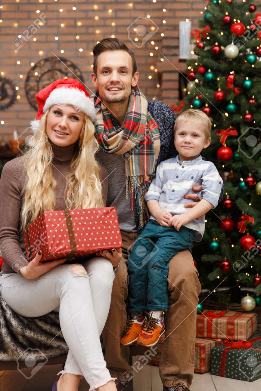Weihnachtsfotos Gratis Christmas Photo Of Happy Family With Son In Studio