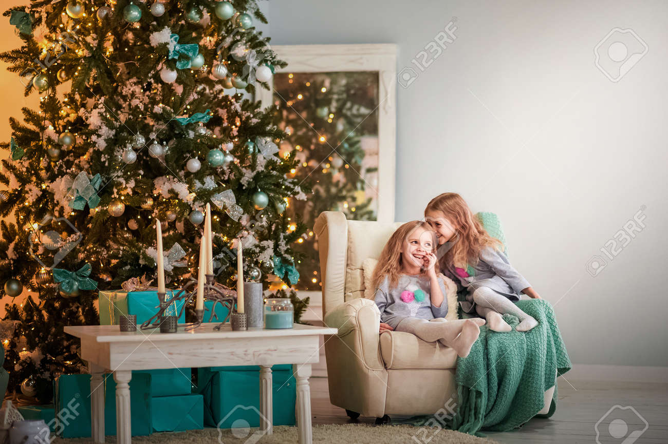 Weihnachtsfotos Gratis Two Twin Sisters Are Sitting In A Turquoise Chair For The New