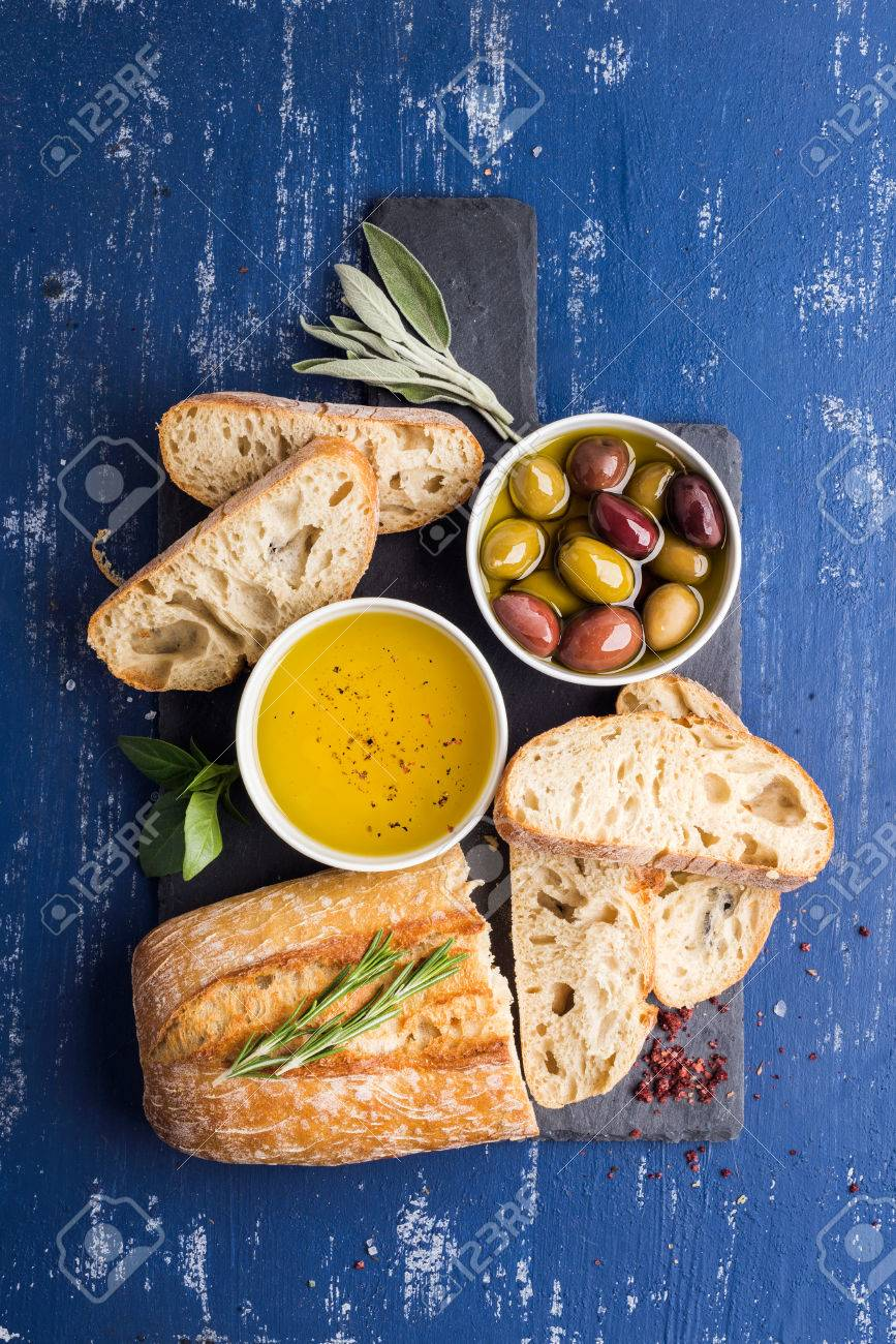 Mediterrane Küche An Bord Mediterranean Snacks Set Olives Oil Herbs And Sliced Ciabatta