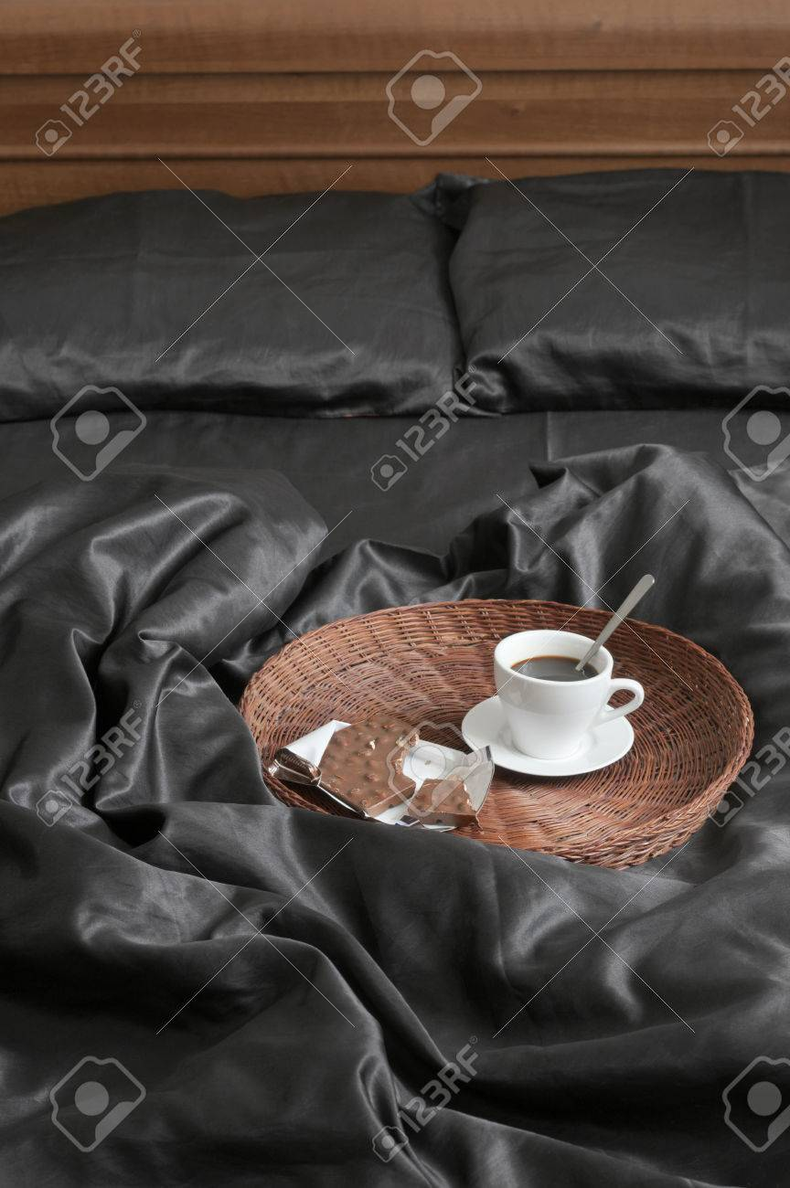 Schwarze Satin Bettwäsche Stock Photo