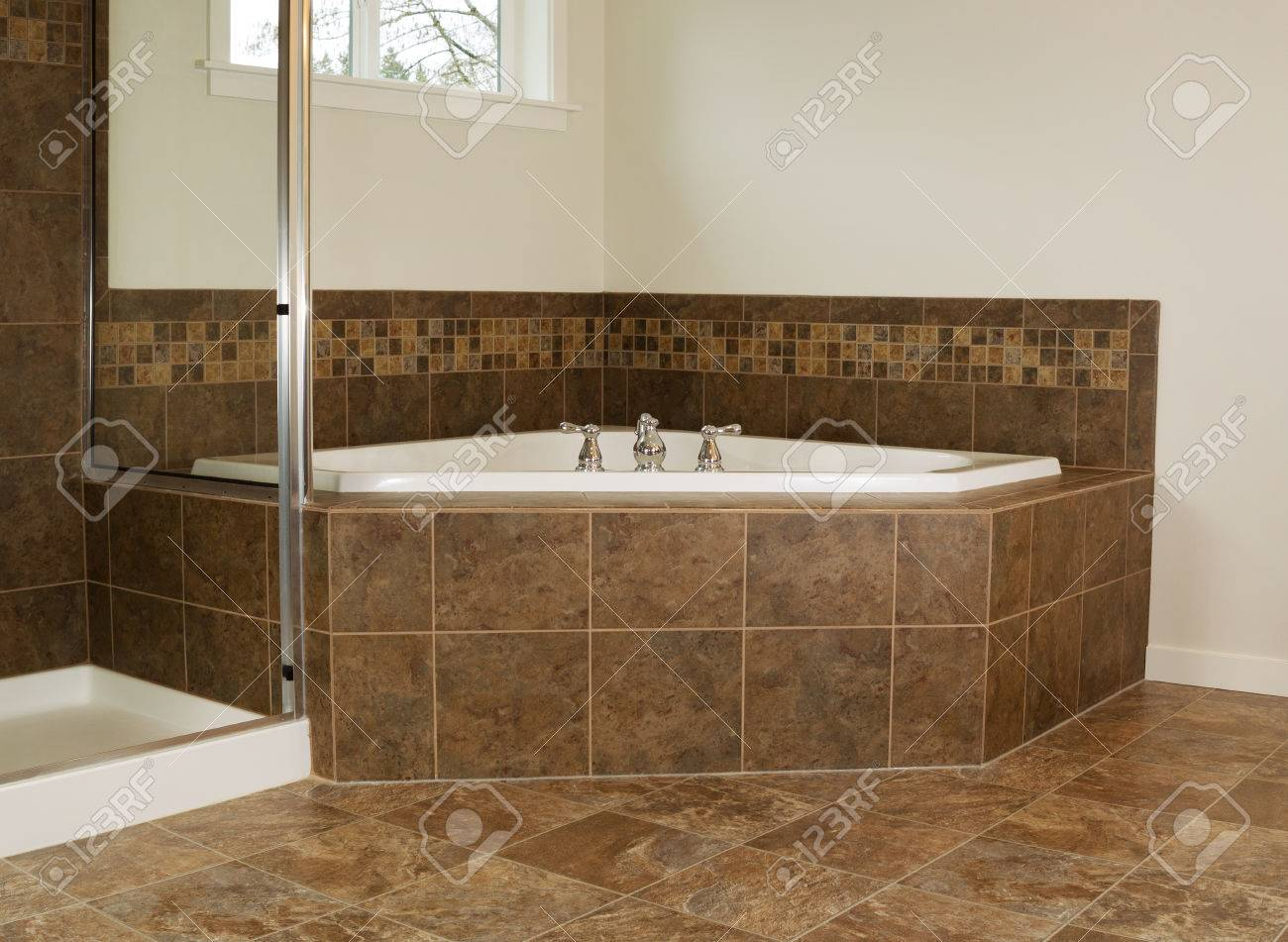 Soak Badkamer Horizontal Photo Of Soaking Tub In Master Bathroom With Partial