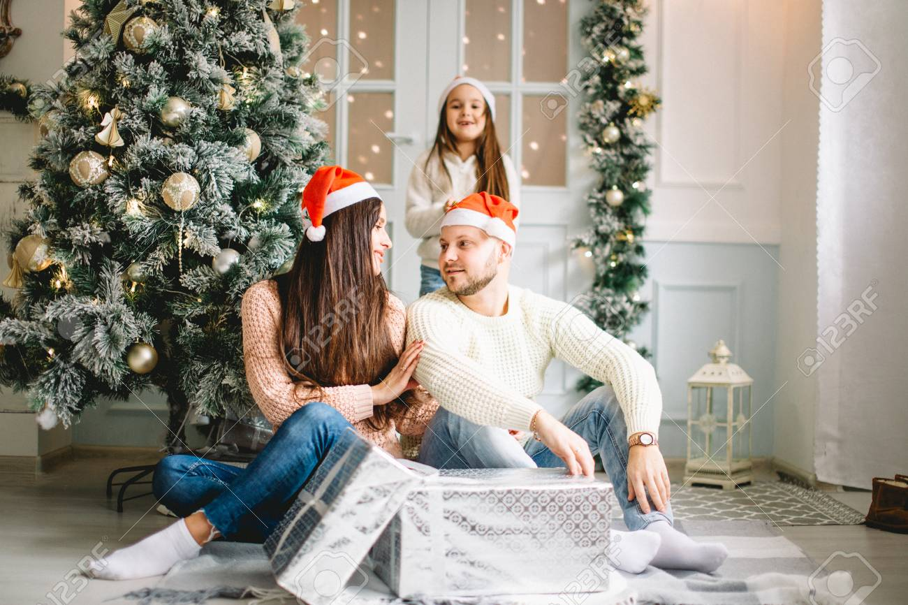 Weihnachtsfotos Gratis Christmas Photo Of Happy Family With Gifts