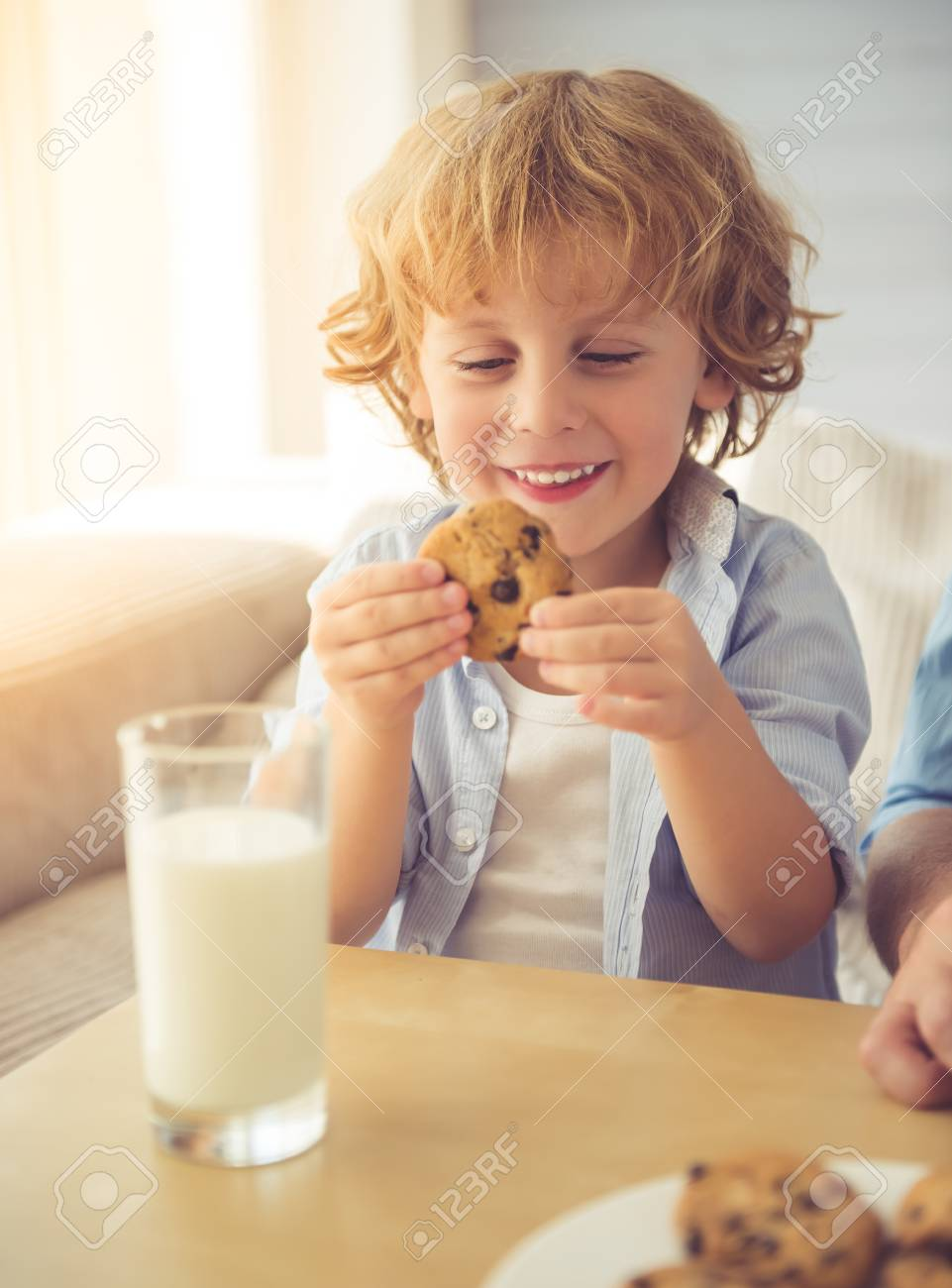 Milch Auf Couch Stock Photo