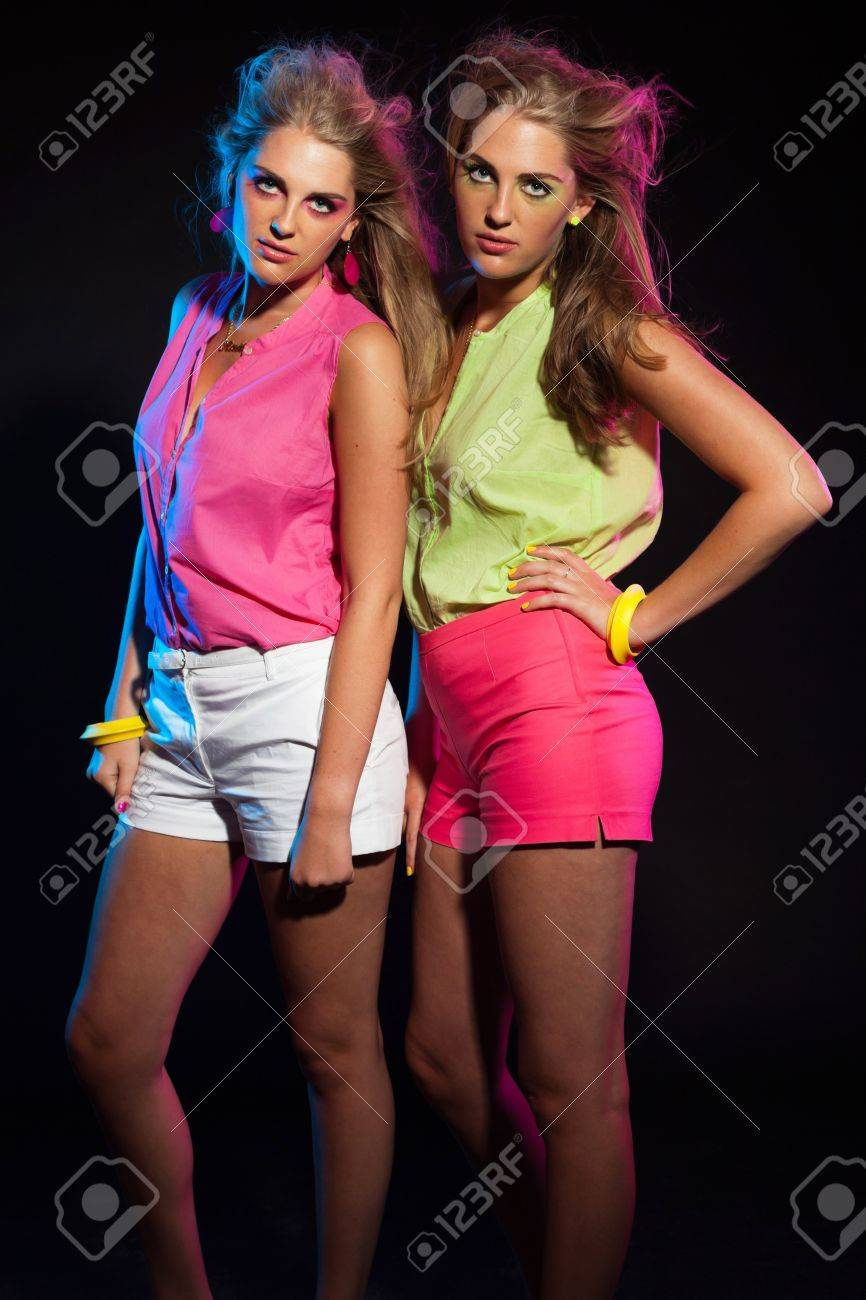 80iger Jahre Look Two Sexy Retro 80s Fashion Girls With Long Blonde Hair Twin