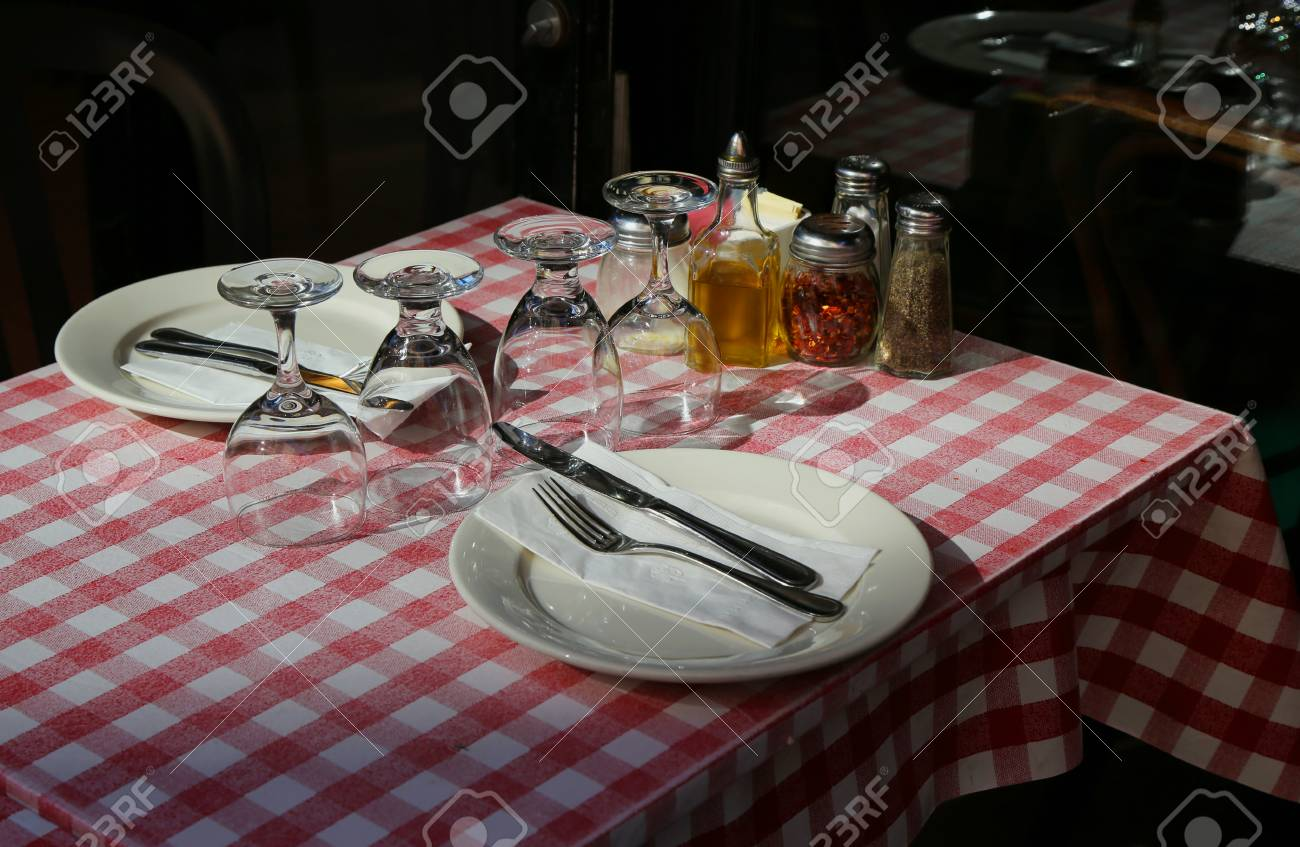 Resto Italiens Table Ready For Dinner In Italian Restaurant