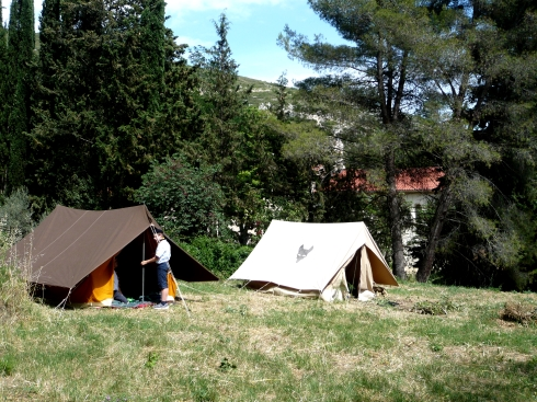 Les louveteaux plantent la tente