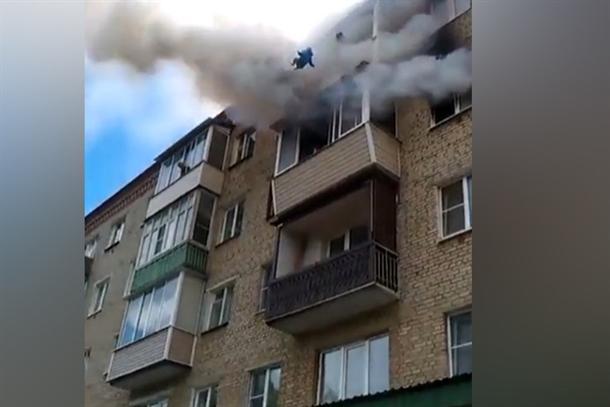 Cijela porodica skočila sa četvrtog sprata! (VIDEO)
