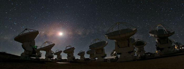 «ALMA and a Starry Night» de ESO/B. Tafreshi (twanight.org) - http://www.eso.org/public/images/potw1238a/. Disponible bajo la licencia CC BY 4.0 vía Wikimedia Commons - https://commons.wikimedia.org/wiki/File:ALMA_and_a_Starry_Night.jpg#/media/File:ALMA_and_a_Starry_Night.jpg