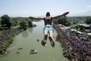 Mbahen garat tradicionale të kërcimit nga Ura e  Fshejtë
