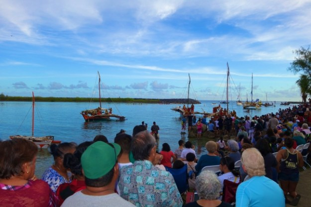 FESTPAC初日、アガニア湾に15隻のカヌーが 上陸する祭典恒例のパフォーマンス
