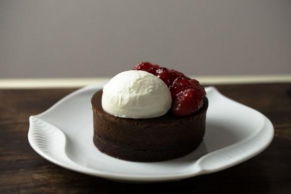 自家製苺コンフィチュール ココアチョコの黒いパンケーキ 800円