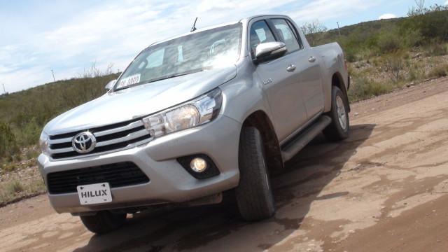 Hilux   Toyota   ya está en Colombia el producto argentino