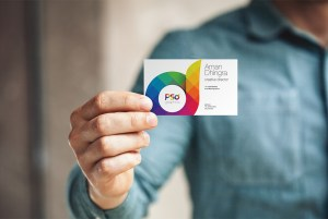 man-holding-business-card-mockup-psd