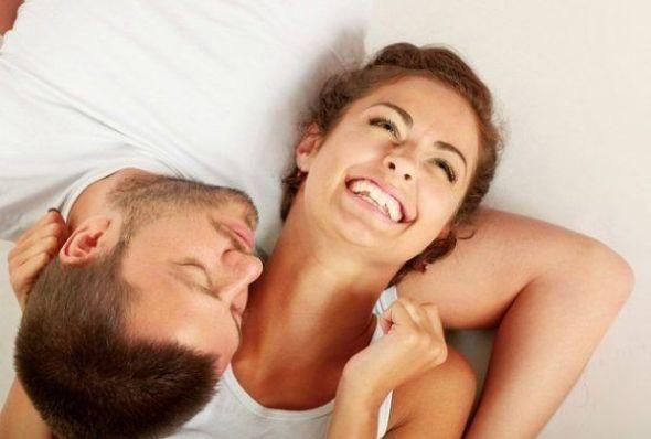 risas en pareja